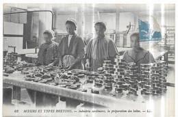 Moeurs Et Types Bretons Industie Sardinière, La Préparation Des Boites - Bretagne