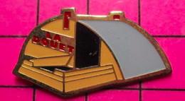 621 Pin's Pins / Beau Et Rare / THEME : VILLES / SORTE DE HANGAR ? LA DOUET - Giochi Olimpici