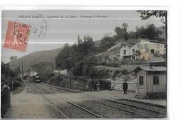 TRAINS      REGNY   QUARTIER DE LA GARE   PASSAGE A NIVEAU   TRAIN    PERSONNAGES COULEURS DEPT 42 - Stations With Trains