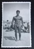 Photo Format Quasi CPA Culturisme Nude Jeune Homme Plage Maillot Bain Garçon Torse Nu Bodybuilding - Andere Fotografen