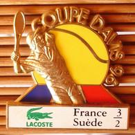 Joli Pin's Lacoste Coupe Davis 96, 2 Moules (Il Manque Un Bras), TBQ, Pins Pin. - Tennis