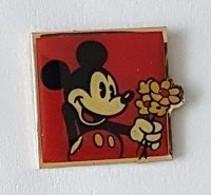 Pin' S  Carré  Fond  Rouge  BD, Cinéma, Disney, MICKEY  Avec  Un  Bouquet  De  Fleurs - Fumetti