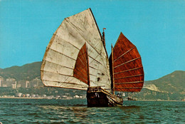 Chine , Hong Kong , Cpm Chinese Junk ,With The Background Of Modern Building Being The Tourist Centre In Kowloon (28359) - Cina (Hong Kong)