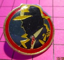 312A Pin's Pins / Beau Et Rare / THEME : BD BANDE DESSINEE / FLIC DETECTIVE PRIVE ? DICK TRACY ? - Fumetti