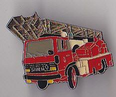 PIN'S THEME POMPIERS  VEHICULE RENAULT AVEC GRANDE    ECHELLE - Pompieri