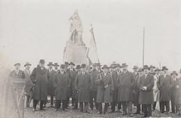 CARTE PHOTO FRANÇAISE - GUERRE 14-18 - DÉLÉGATION PATRIOTIQUE DEVANT UN MONUMENT - À IDENTIFIER - War 1914-18