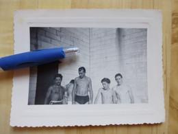 HOMME EN MAILLOT DE BAIN 1950 - PHOTOGRAPHIE - PERSONNES ANONYMES - PERSONNE  VINTAGE - Personas Anónimos