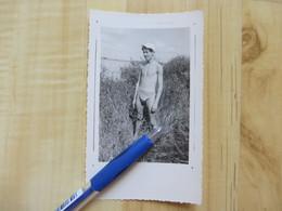 HOMME EN MAILLOT DE BAIN 1953 - PHOTOGRAPHIE - PERSONNES ANONYMES - PERSONNE  VINTAGE - Personas Anónimos