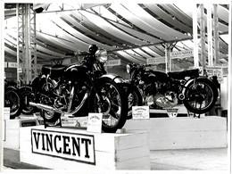ANCIENNE PHOTO -  MOTO - 1000 VINCENT - STAND - PHOTO J. JAFFRE - 24 X 18 Cm - Sport