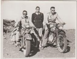 Petite Photo Moto Ancienne 2 Motos Harley  Davidson Et Norton Dans La Pampa Argentine   1950 - Coches