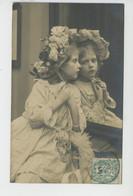 ENFANTS - LITTLE GIRL - MAEDCHEN - Jolie Carte Fantaisie Portrait Fillette Avec Joli Chapeau Devant Son Miroir - Portraits