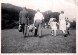 Insolite Photo Originale System D, Sac Percé Pour Transport D'Enfant à Bout De Bras Et Gens De Dos En Escapade Vers 1940 - Anonymous Persons