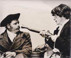 John Hurt As Davey Haggart    SINFUL DAVEY 1969 +-20.5*25cm JOHN HUSTON FILM DIRECTOR CINEMA - Beroemde Personen
