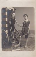 Photo Carte Postale Bain De Mer Maillot Studio Roulotte Mer Belge Par Le Bon Ostende 1909 - Other