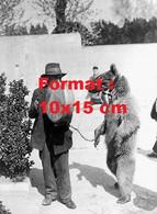 Reproduction D'une Photographie Ancienne D'un Dresseur Avec Un Ours Dans Les Jardins De Paris En 1937 - Riproduzioni