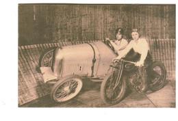Un Couple Avec Une Ancienne Voiture Et Moto - Autres