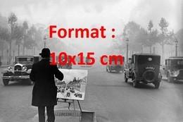 Reproduction D'une Photographie Ancienne D'un Peintre Au Milieu De La Circulation Des Champs Elysée à Paris En 1929 - Riproduzioni