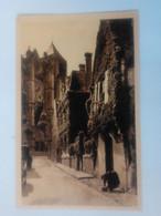Cpa Bourges Vieille Rue,Dans Le Fond La Cathédrale - Bourges