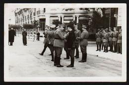 MENTONE (1940/43) Gros Plan Sur Les Militaires Italiens En Pleine Discussion Devant L'hôtel Astoria. - Menton