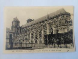 Cpa Bourges La Cathédrale,vue Prise Du Jardin De L'Hôtel De Ville - Bourges