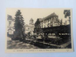 Cpa Bourges La Cathédrale Et Le Jardin De L'Hôtel De Ville - Bourges