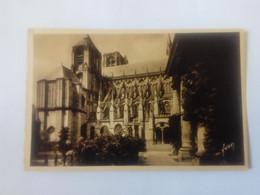 Cpa Bourges La Cathédrale Et L'Hôtel De Ville - Bourges