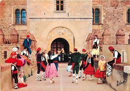 66 - Perpignan - La Sardane Par Le Groupe Joventut Devant Le Palais Royal De Majorque à Perpignan - Folklore - Danse Fol - Perpignan