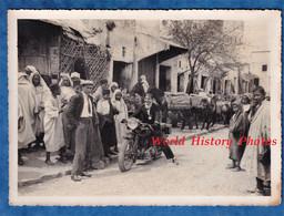 Photo Ancienne - ALGERIE ? MAROC ? TUNISIE ? - Portrait D'un Homme Sur Sa Moto - Costume Mode Garçon Colonial - Guerre, Militaire