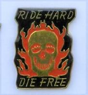 GP306 Pin's MOTO ? HARLEY DAVIDSON ? Tête De Mort RIDE HARD DIE FREE   Achat Immédiat - Motorfietsen