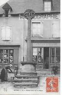19 - CORREZE - MEYMAC - Vieille Croix Sur La Place - RARE ! Coiffeur Photographe Baptiste Assis Devant Son Commerce - Autres Communes