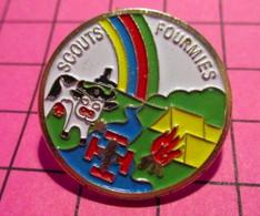 621 Pin's Pins / Beau Et Rare / THEME : ASSOCIATIONS / SCOUTS FOURMIES SCOUTISME VACHE TENTE FEU RIVIERE - Associazioni