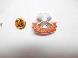 Superbe Pin's Pins , Arthus Bertrand , L'Alsacienne - Arthus Bertrand