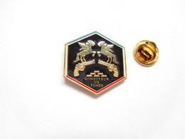 Superbe Pin's Pins En Zamac , Banque , Convoyeur De Fonds , Brink's , Pistolet - Banche
