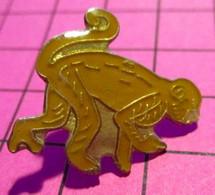 621 Pin's Pins / Beau Et Rare / THEME : ANIMAUX / PETIT SINGE A LA QUEUE PREHENSILE - Animali