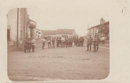 CARTE PHOTO ALLEMANDE GUERRE 14-18 - WESTFRONT - PLACE DE VILLAGE À IDENTIFIER - War 1914-18