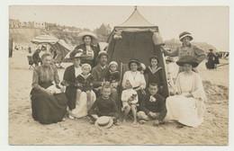 Carte Photo - Famille Nombreuse à La Plage Devant La Tente.. - Fotografía