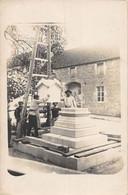 21-6884 :  CARTE-PHOTO DE LA MISE EN PLACE D'UN MONUMENT. STATUE ? LIEU NON IDENTIFIE. METIER MACON SCULPTURE - Da Identificare