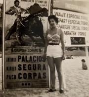 Elle Ne Sait Pas Qu'elle Est Sexy ! PHOTO Originale V. 1950, ESPAGNE + Affiche Corrida De TOROS ... - Riproduzioni