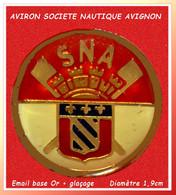 """SUPER PIN'S """"AVIRON"""" : SNA, SOCIETE NAUTIQUE D'AVIGNON, Email Base Or + Glaçage  Diamètre 1,9cm - Canottaggio"""