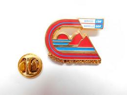 Superbe Pin's Pins , EDF GDF Services Marseille ; Agence Des Calanques , Signé Alphaplast - EDF GDF
