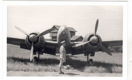 PHOTO  AVION MITSUBISHI DINAH AVEC OFFICIER ANGLAIS - Aviation