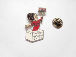 Superbe Pin's Pins En Zamac , Syndicat FO , Force Ouvrière , Elections Prud'hommes1992 , Femme , Signé Fournier - Associazioni