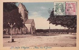 SAINT MERE EGLISE - L'Eglise Et Un Coin De La Place Du 6 Juin - Très Bon état - Sainte Mère Eglise