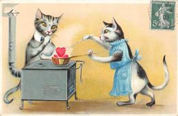 CPA THEME CHAT (JOLIE CPA GAUFREE REPRESENTANT UNE SCENE AVEC DES CHATS COUPLE DE CHATS A LA CUISINIERE - Gatos