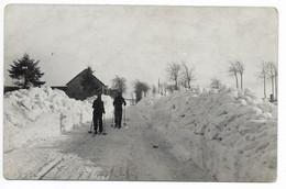 ELSENBORN   Route Du Camp  Vers Le Village   Skieurs !!   Photo Carte  Herld (2scans) - Elsenborn (camp)
