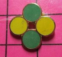 121 Pin's Pins / Beau Et Rare / THEME : AUTRES / FORMES GEOMETRIQUES COLOREES - Altri