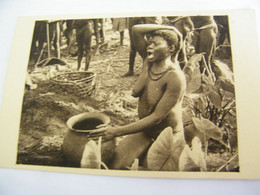 CPA - Afrique - Centrafricaine A.O.F. - Oubanghi Chari - Femme Boubou Devant Urne - Seins Nus - 1920 -  SUP  (FF 8) - República Centroafricana