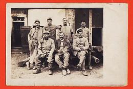 VaM007 Carte-Photo Militaire 1915s Militaires Poilus Au Repos Sabots Chien Mascotte Sur Les Genoux - Guerra 1914-18