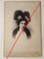 Photo D'époque Sur Carton. Portrait De Cabinet. Original. Mode. Dame Avec Chapeau Et Robe. La Russie Royale. - Antiche (ante 1900)