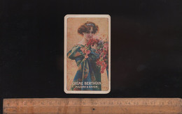 Petite Carte Publicitaire CREME BERTHUIN Poudre Et Savon /  Belle Illustration Signée 1920 Femme Au Bouquet De Fleurs - Vintage (until 1960)
